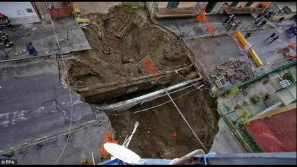 Огромна дупка на пътно платно в Неапол