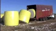 Шофьор на камион вкарва и обръща огромни памучни бали с ремаркето си