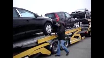 Валдис разтоварва автовоза