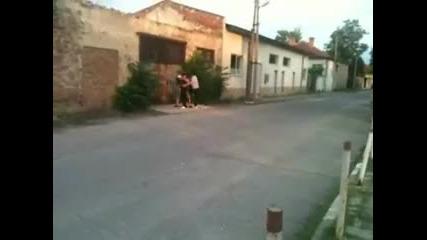 Луд моторист без мотор си го отнася