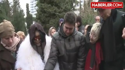 Bülent Ersoy, Senar'ın Mezarı Başında Ağlayarak Şarkı Söyledi
