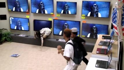 Страх и смях! Чудовището Самара от филма Rings изскача от телевизора!