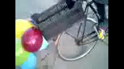 Лудак кара колело със балони