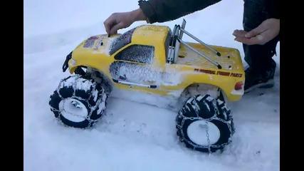 Fg Monstertruck mit Schneeketten