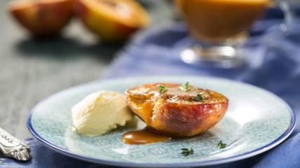 Нина Бабич | Печени праскови със солен карамелен сос и мащерка|