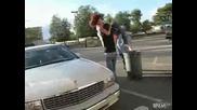 Луд мъж пуска жена си в кошче за боклук