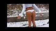 Пичка го врътка в снега