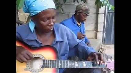 Красива африканска жена свири на китара. И то как свири!
