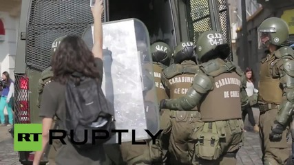 "Коктейли 'Молотов"" срещу оръдия в Сантяго"