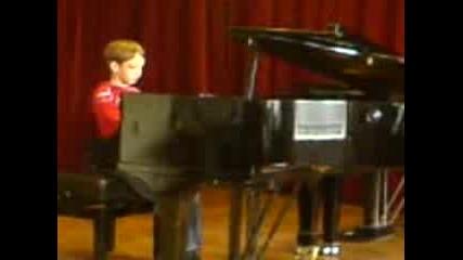 Млад Пианист