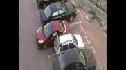 Никога не се заяждайте с жена, която иска да паркира, за да не си останете в колата с часове