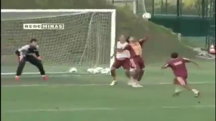 Роналдиньо отново изригна с мощен гол със задна ножица на тренировка на Атлетико Минейро 30.03.2013