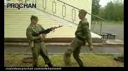 Военен обезврежда оръжие със крак!