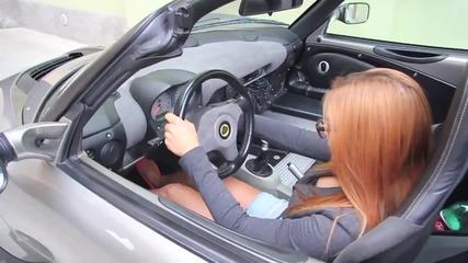 Mомиче лудо шофира Lotus Elice !