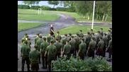 Войници маршируват по много необичаен начин