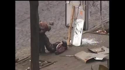 Украински снайперисти на правителството обстрелват протестиращи в Киев!!!