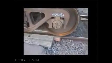 Ето как се вкарва дерейлирал вагон в релсите без помощ на кран!