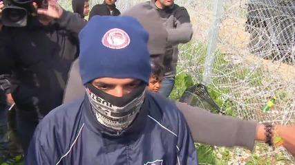 Бежанците се опитват да пробият граничните ограждения