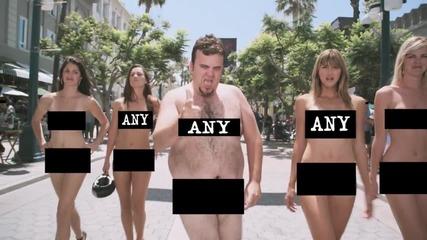 Мацки се разгождат чисто голи по главна търговска улица и един (много яка реклама)