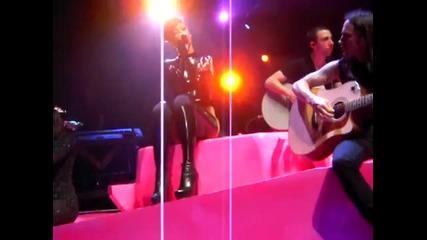 Rihanna пее Love the Way You Lie, Airplanes и още