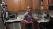 Момче слага екстра лютив сос в храната на приятелката си!
