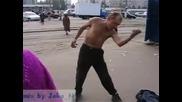 Пияница играе Mortal Kombat на улицата