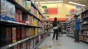 Човек плаши хората в магазин