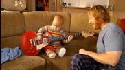 Малкия пич още не може да ходи , но на китара свири :д