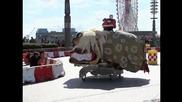 Състезание със странни колички в Токио
