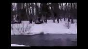 Човек Със Снегоход Се Блъска В Дърво