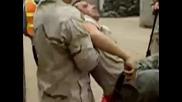 Войници се спукват от бой и..