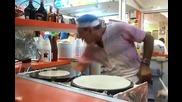 Луд готвач прави палачинки