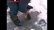 Мъж извади с голи ръце щука от ледена дупка