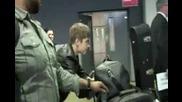 Джъстин Бибър блъска папарак * 04.03.2011*