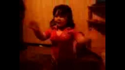 2 - godishno dete igrae Luti Kucheci