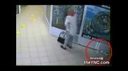 Жена се изхожда насред Мол ...