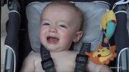 Баща откри странен метод за успокояване на бебе