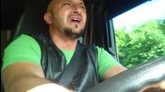 Шофьор изпълнява песента - Poznao bih te medju hiljadu zena (hd)