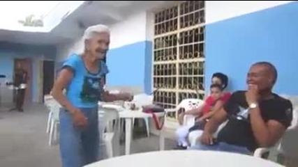 Тази баба им показа как се прави ..