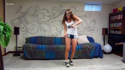 Тази прекрасна млада девойка ще ви покаже как се играят съвременни модерни танци!