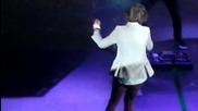 Harry Styles vdiga ot scenata sutien