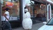 Страхотен майтап със снежен човек който плаши хората - Много смях