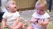 Близнаци подражават на баща си