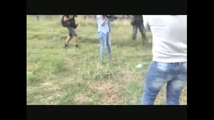 Операторка спъва бягащ от полицията мигрант с дете на ръце в южна Унгария