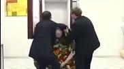 Труп пада от ковчег в асансьор (скрита камера)