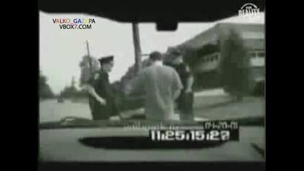 Пиян пикае върху полицай