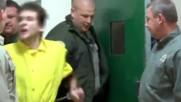 Нагъл затворник удря в лицето надзирател , познайте какво ще му се случи