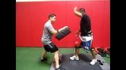 Mark Munoz тренира колената си