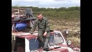 Как руснаци измъкват автомобил заседнал до горе в кал.