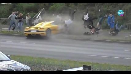 Състезателна кола удари наблюдаващи фенове